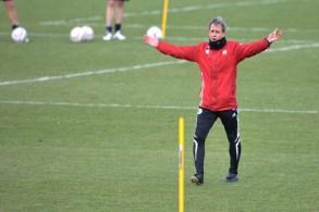 المدرب بيير ليتبارسكي في فريق فولفسبورغ ويبدو تقوس ساقيه