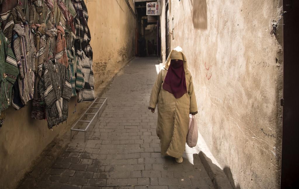 مغربية تمرّ بأحد أزقة مدينة فاس