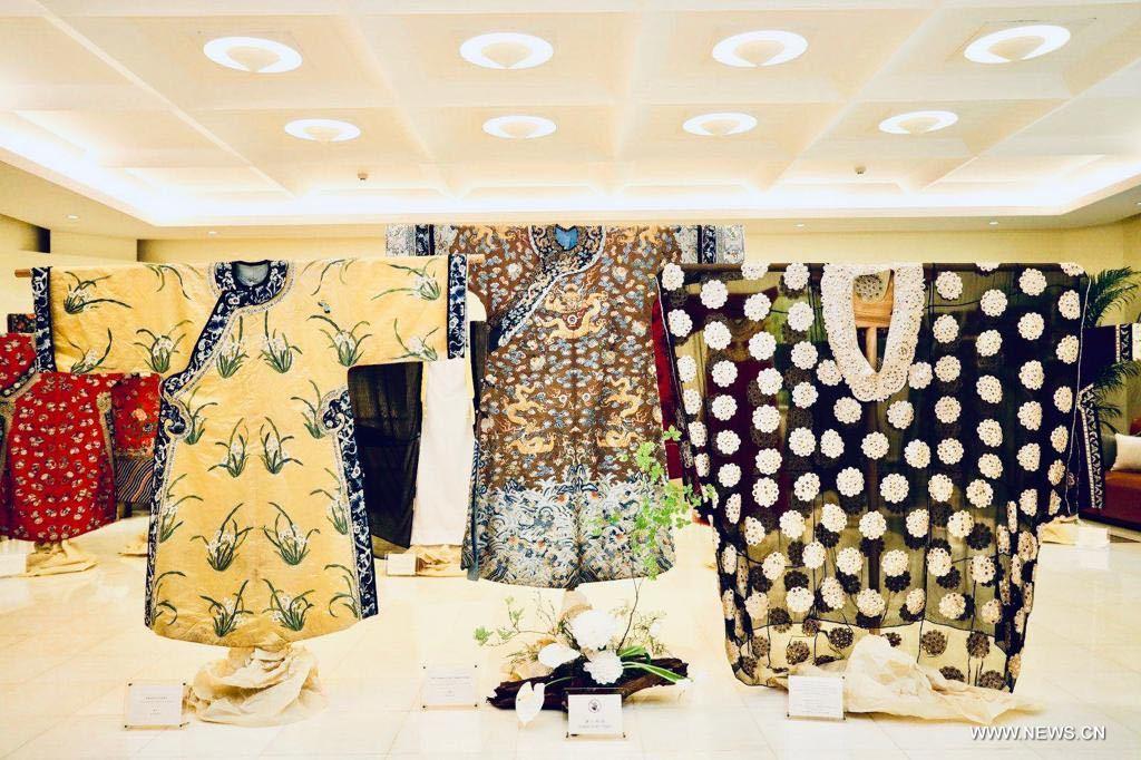 جانب من الأزياء المتوفرة في المعرض - صور شينخوا