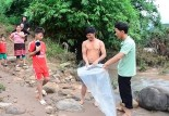 في فيتنام تلاميذ يُنقَلُون داخل أكياس بلاستيكية عبر النهر لمدرستهم!