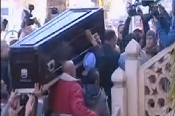 تدافع شديد في تشييع سيدة الشاشة العربية يهوي بسور أحد سلالم مسجد الحصري