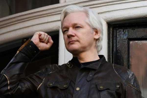 مؤسس موقع ويكيليكس جوليان أسانج قبيل مخاطبة وسائل إعلام من شرفة سفارة الإكوادور في لندن بتاريخ 19 مايو 2017