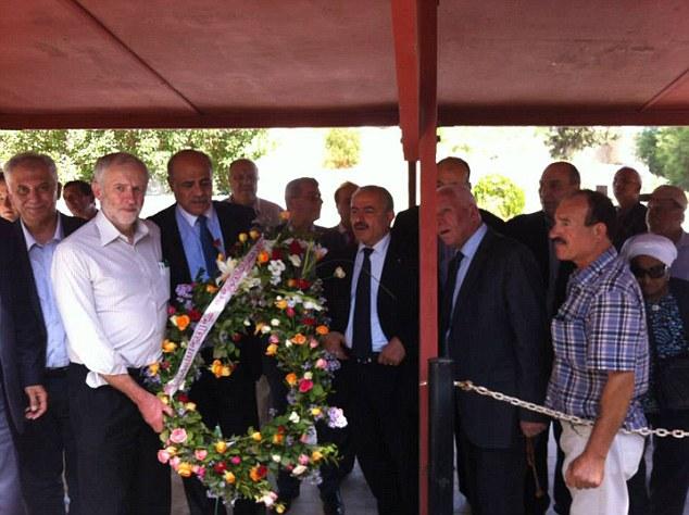 كوربين وقادة فلسطينيين خلال الزيارة
