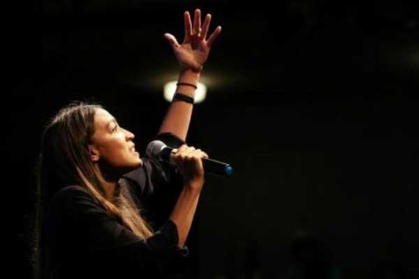 ألكسندريا أوكاسيو-كورتيز شابة من نيويورك تسعى إلى الحصول على مقعد في الكونغرس وتدلي بكلمة في 2 أغسطس في لوس أنجيليس