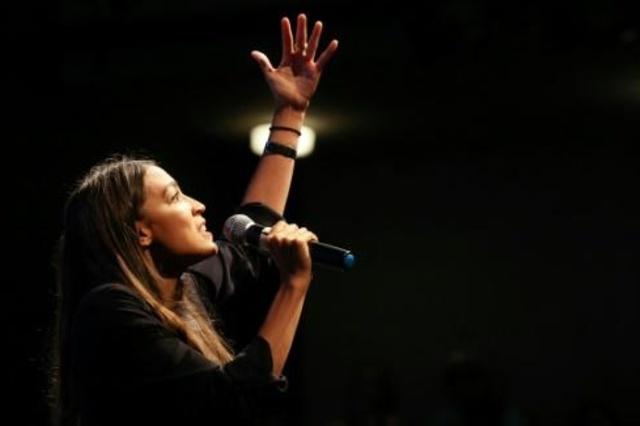 الكسندريا اوكاسيو-كورتيز مرشحة لمقعد عن نيويورك في مجلس النواب الاميركي نلقي كلمة في 2 اغسطس في لوس انجليس