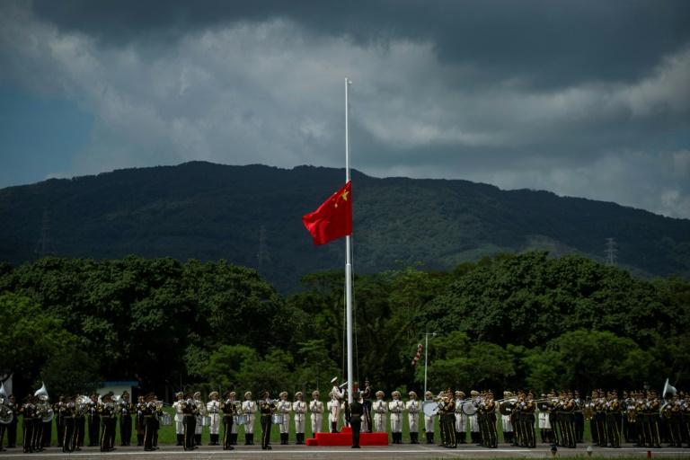 جنود من جيش التحرير الشعبي الصيني يرفعون علم بلادهم خلال احتفال في قاعدة جوية في هونغ كونغ