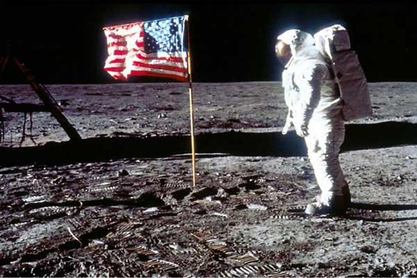 باحثون يجرون سلسلة اختبارات لاستكشاف ما يقود الناس إلى الاعتقاد بنظرية المؤامرات كالتشكيك بالهبوط البشري على سطح القمر