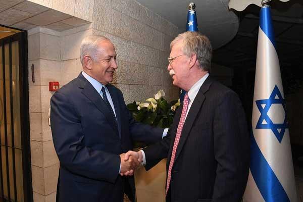 بولتون يصافح نتانياهو خلال زيارته الحالية إلى إسرائيل