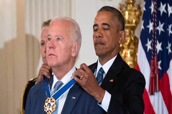 أوباما يقلد نائبه جو بايدن وسام الحرية خلال تكريم بالبيت الأبيض