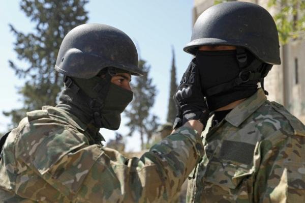 مقاتلان سوريان يستعدان لهجوم محتمل للقوات السورية على محافظة إدلب