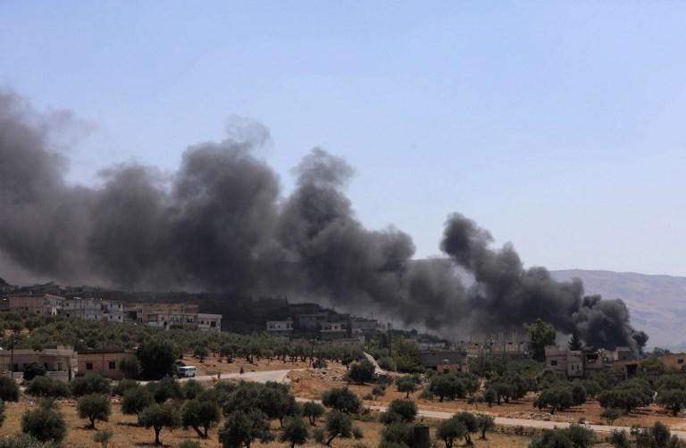 دخان يتصاعد في إدلب السورية بعد قصف روسي