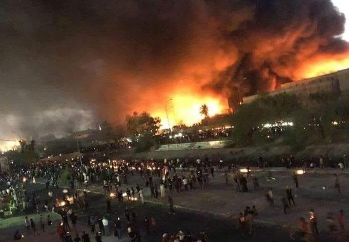 محتجون يحرقون قنصلية إيران في البصرة