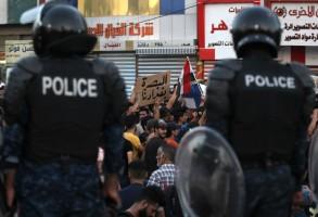الأمن العراقي يراقب محتجين في البصرة