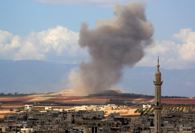 الدخان يتصاعد جنوب مدينة إدلب بعد قصف للطيران الروسي