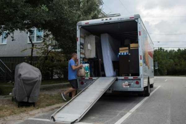 أحد السكان يستعد لإخلاء منزله قبل وصول الإعصار في رايتسفيل بيتش في كارولاينا الشمالية بتاريخ 11 سبتمبر