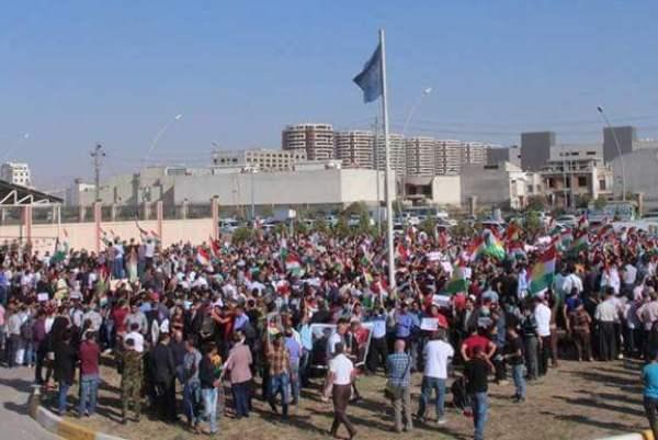 احتجاجات أمام مقر الامم المتحدة في أربيل ضد القصف الإيراني لمواقع في شمال العراق