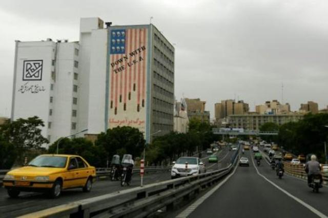 مبنى في وسط طهران يحمل شعارا معاديا للولايات المتحدة في 8 ايار/مايو 2018