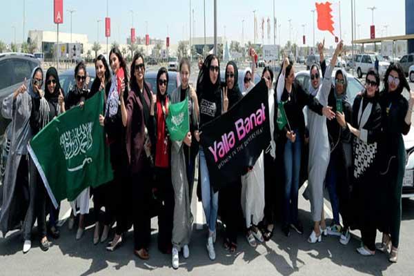 نساء سعوديات يحتفلن بقرار الملك سلمان التاريخي