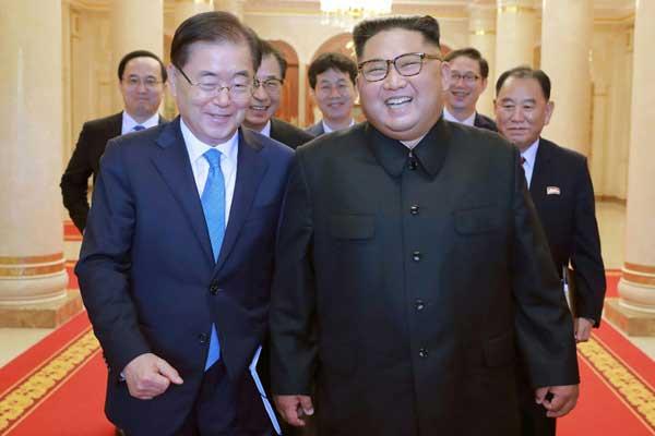 الزعيم الكوري الشمالي (يمين) خلال لقائه مع المبعوث الكوري الجنوبي شونغ أيوي يونغ (يسار) في 6 سبتمبر 2018