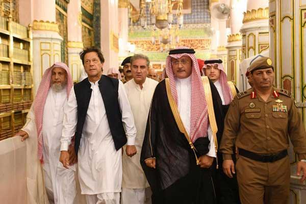 رئيس وزراء باكستان مؤديا العمرة