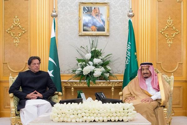 العاهل السعودي الملك سلمان بن عبد العزيز ورئيس وزراء باكستان عمران خان خلال جلسة المباحثات