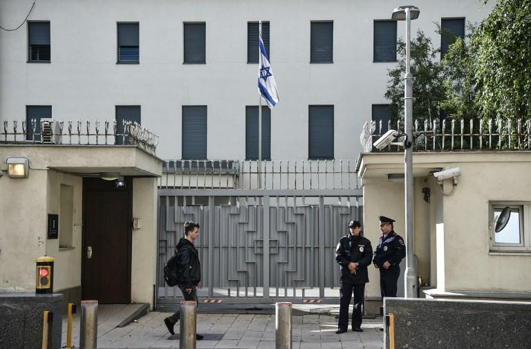 عناصر من الشرطة الروسية يحرسون مبنى السفارة الاسرائيلية في موسكو