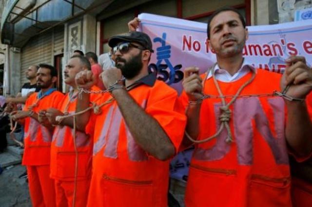 موظفون في الاونروا خلال احتجاج في غزة