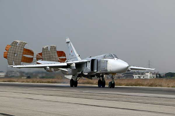 قاذفة روسية من طراز سوخوي-24 تهبط في قاعدة حميميم الجوية الروسية في محافظة اللاذقية بتاريخ 16 ديسمبر 2015