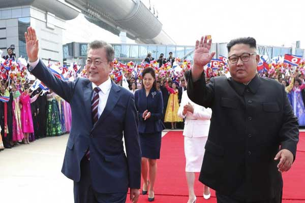كيم ومون يحييان الجماهير المحتشدة في بيونغ يانغ