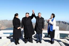 الزعيم الكوري الشمالي والرئيس الكوري الجنوبي وزوجتاهما على قمة جبل بايكتو