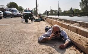 عناصر من الأمن الايراني ينبطحون أرضا بعد أن أمطرهم مسلحون بوابل من الرصاص