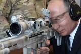 بوتين يستعرض مهاراته في الرماية ببندقية كلاشنيكوف جديدة