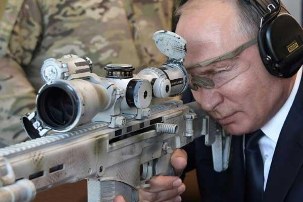 الرئيس الروسي يطلق النار من بندقية قنص جديدة من نوع كلاشنيكوف ميدان للرماية قرب موسكو بتاريخ 19 سبتمبر 2018