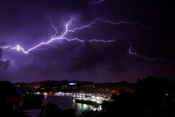 برق ورعد يرافق الاعصار
