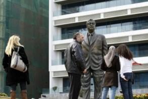 تمثال رئيس الوزراء اللبناني السابق رفيق الحريري في بيروت في 01 آذار/مارس 2009