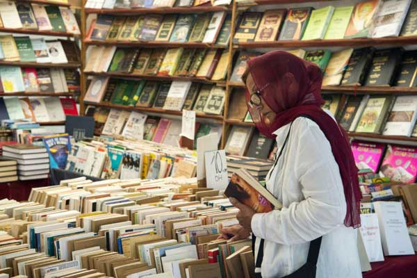 مغربية تتصفح كتبًا في مكتبة في الرباط في التاسع من أغسطس 2018