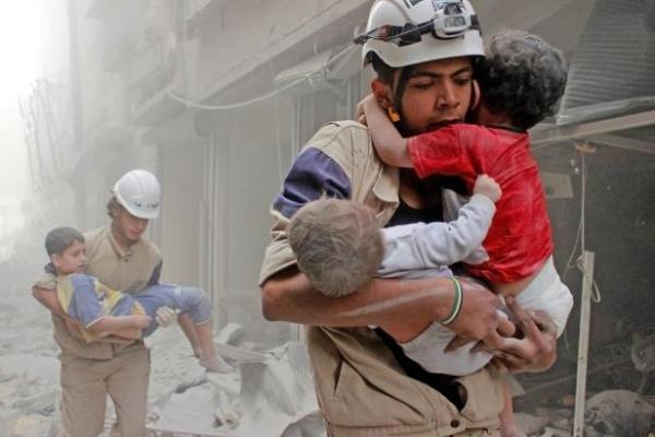 أحد متطوعي الخوذ البيضاء يؤدي واجبه ساعات الخطر