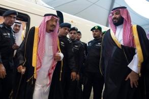 الملك سلمان بن عبد العزيز عقب وصوله المدينة المنورة مستقلا قطار الحرمين