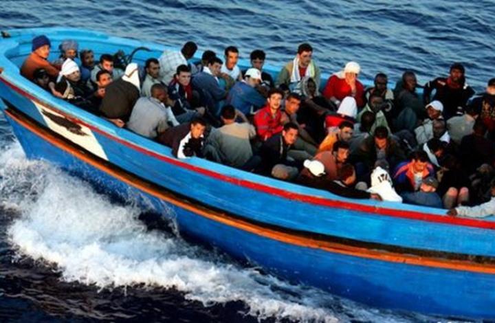 قارب يقل مهاجرين غير شرعيين