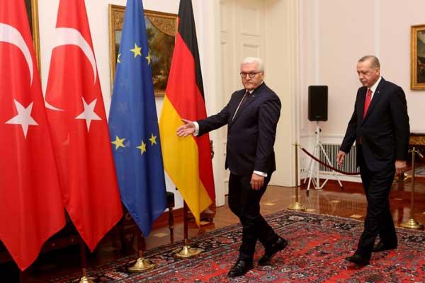 الرئيس الألماني فرانك فالتر شتاينماير (يسار) والرئيس التركي رجب طيب إردوغان يصلان إلى عشاء رسمي في قصر