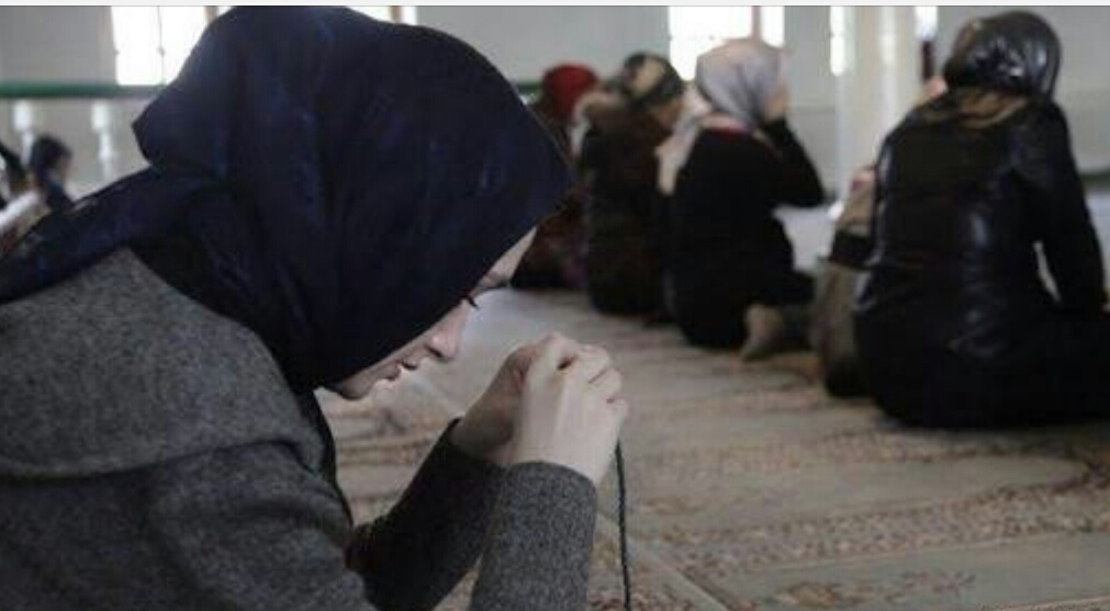 مسلمات يؤدين صلاتهن في أحد مساجد بريطانيا - أرشيفية