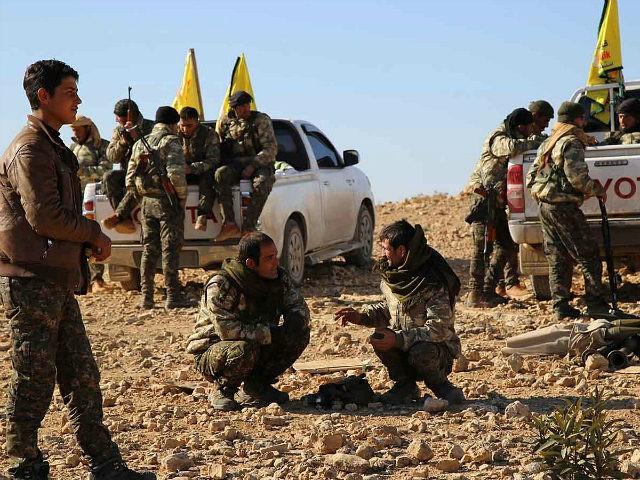 مسحلون من قوات سوريا الديمقراطية قرب الرقة - أرشيفية