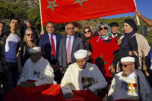 السفير المغربي في فرنسا شكيب بنموسى والقنصل العام المغربي في باستيا في صورة تذكارية مع ثلاثة منزقدماء المحاربين المغاربة في كورسيكا