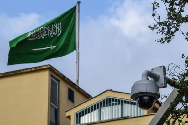 العلم السعودي خلف القنصلية السعودية في اسطنبول