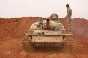 مقاتل من المعارضة السورية على ظهر دبابة في ريف إدلب