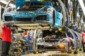 خط تجميع سيارات بورشه في مصنعها في شتوتغارت بجنوب غرب ألمانيا، في 26 كانون الثاني/يناير 2018
