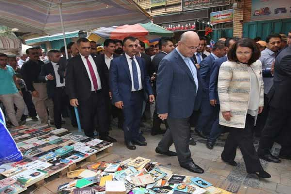 الرئيس العراقي برهم صالح وعقيلته في شارع المتنبي للمكتبات وسط بغداد