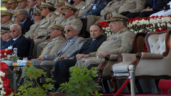 الرئيس الجزائري محاطا بكبار جنرالاته - أرشيفية