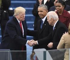 ترمب مصافحا جو بايدن بحضور الرئيس السابق باراك أوباما - أرشيفية