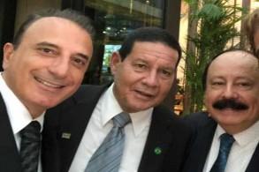 من اليمين زعيم حزب التجديد البرازيلي السياسي المحافظ خوسيه ليفي فيدليكس، وفي الوسط نائب بولسونارو الجنرال أنطونيو هاميلتون موروا، وفي يسار الصورة رجل الأعمال الأميركي البرازيلي مارسيلو مفرج